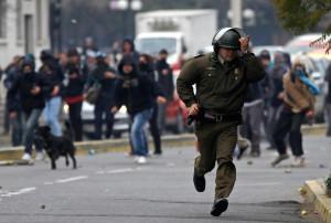 policia_corriendo_sujetando_arma