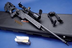 Entgegen dem Trend: Das brandneue STEYR SSG Carbon Scharfschützengewehr mit prägnantem, Karbon verstärktem Daumenloch-Kunststoffschaft und 60-cm-Lauf mit Drei-Kammer-Mündungsbremse im Standardkaliber .308 Winchester. Angeboten werden auch .243 Winchester, .300 Winchester Magnum und .338 Lapua Magnum.