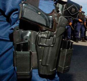 policia_pistola_pernera